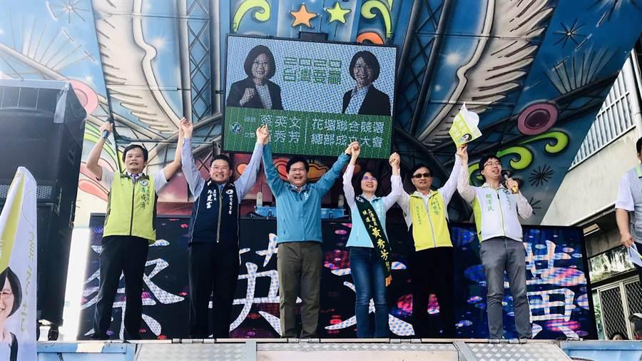 交通部長林佳龍(左3)上午至花壇鄉為立委黃秀芳(右3)站台輔選,並宣布彰化市鐵路高架化將邁入下一階段。(謝瓊雲攝)