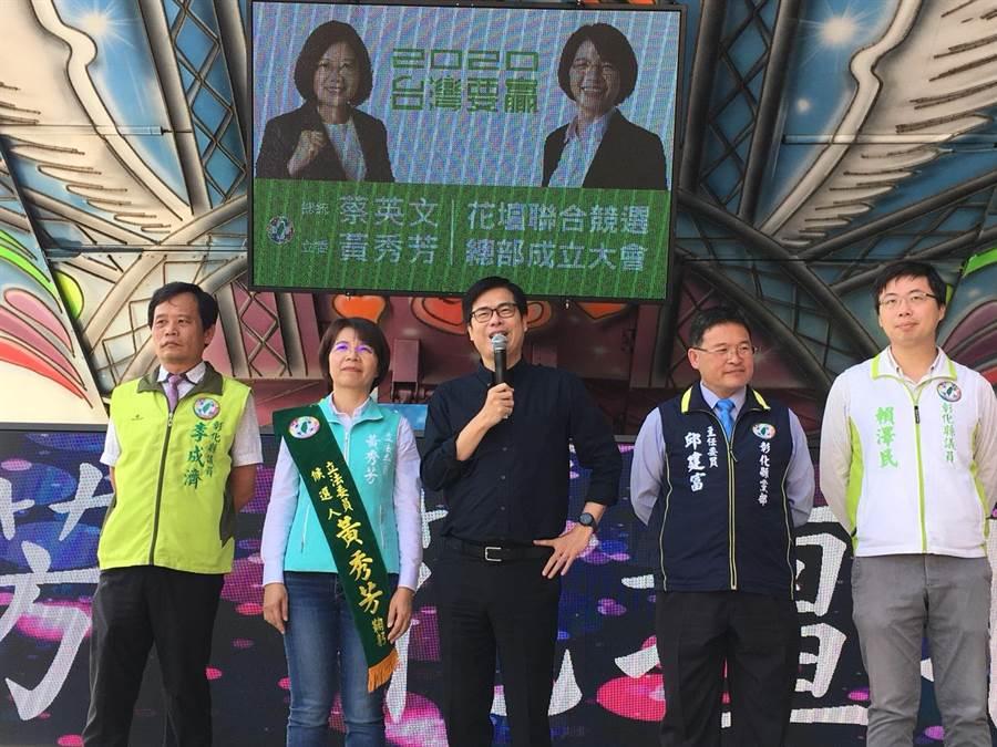 行政院副院長陳其邁(中)指過去跟立委黃秀芳(左2)在立法院位置安排在隔壁,是國會好同事,過去這3年多來也看著她為了爭取許多建設不眠不休的工作。(謝瓊雲攝)