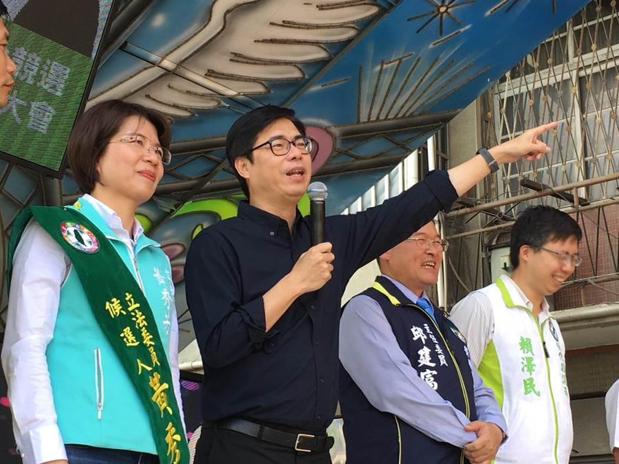 陳其邁(左2)指自己首次到彰化花壇鄉來,就是來為黨籍立委黃秀芳站台輔選。(謝瓊雲攝)