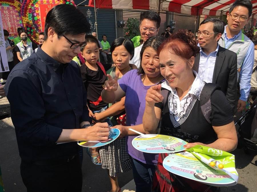 行政院副院長陳其邁首次南下彰化輔選,不少婆婆媽媽在台下搶著要他簽名。(謝瓊雲攝)