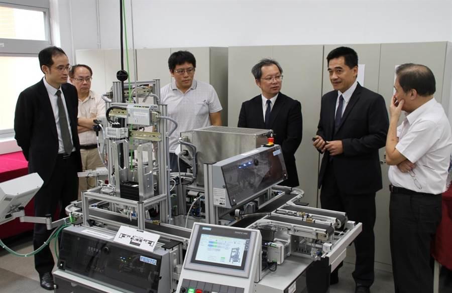 華夏科技大學與德國工業自動化大廠FESTO(飛斯妥)公司舉行簽署合作成立「智慧製造人才聯合培訓中心」合作協議書暨揭牌儀式。(華夏科技大學提供/葉書宏新北傳真)