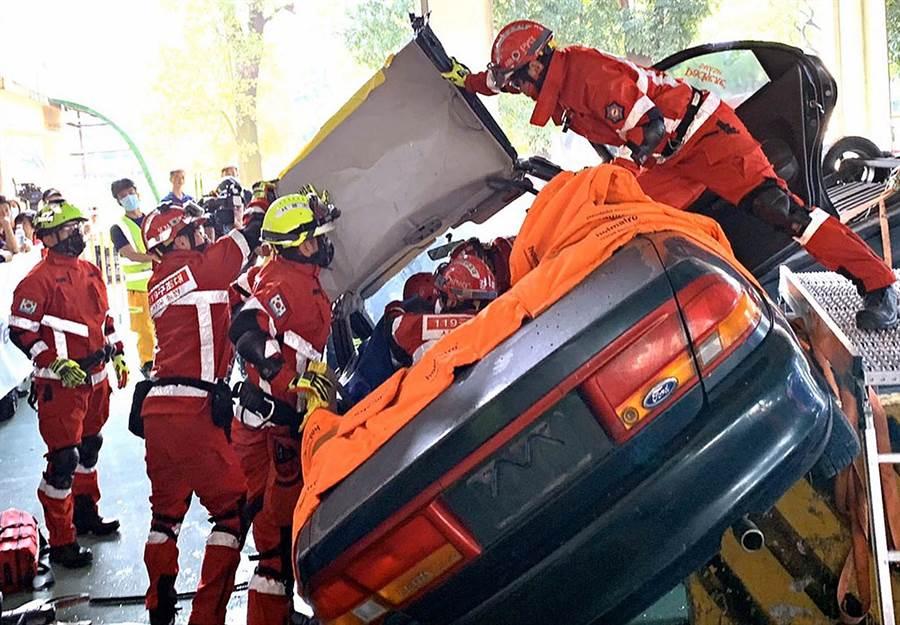 消防署及屏東縣政府消防局舉辦「108年車禍救援挑戰賽」,有國內外21支隊伍參與,讓救難人員們更精進車禍救援的技巧。(潘建志攝)