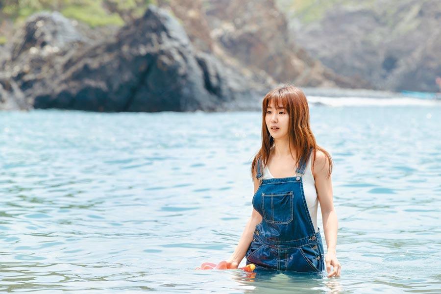 郭書瑤在潛入海中扮美人魚。(華映娛樂提供)