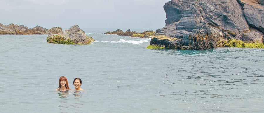 《傻傻愛你,傻傻愛我》導演藍正龍(右)親自牽郭書瑤下水拍攝。(華映娛樂提供)