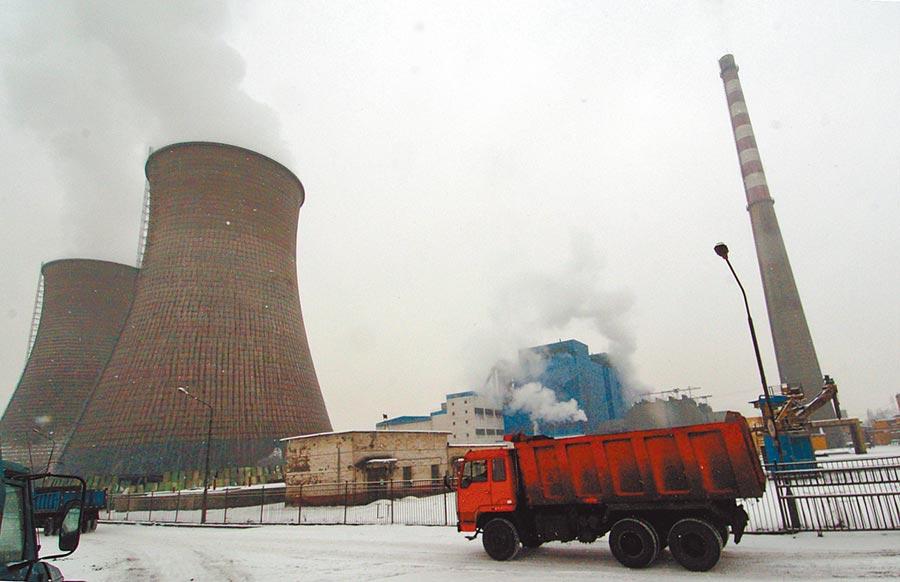 烏魯木齊一家電廠。(新華社資料照片)