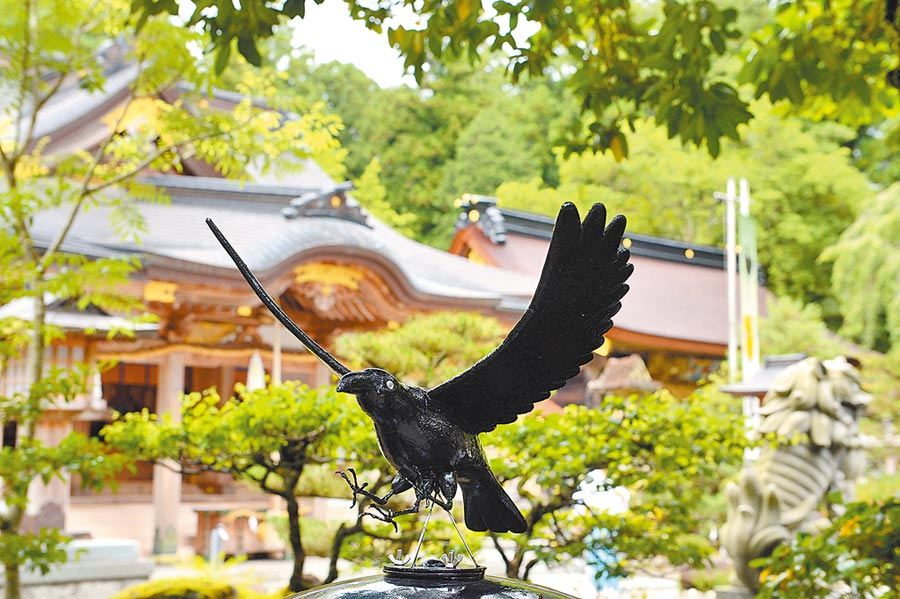 日本和歌山縣熊野本宮大社的一尊三足烏雕像。(新華社資料照片)