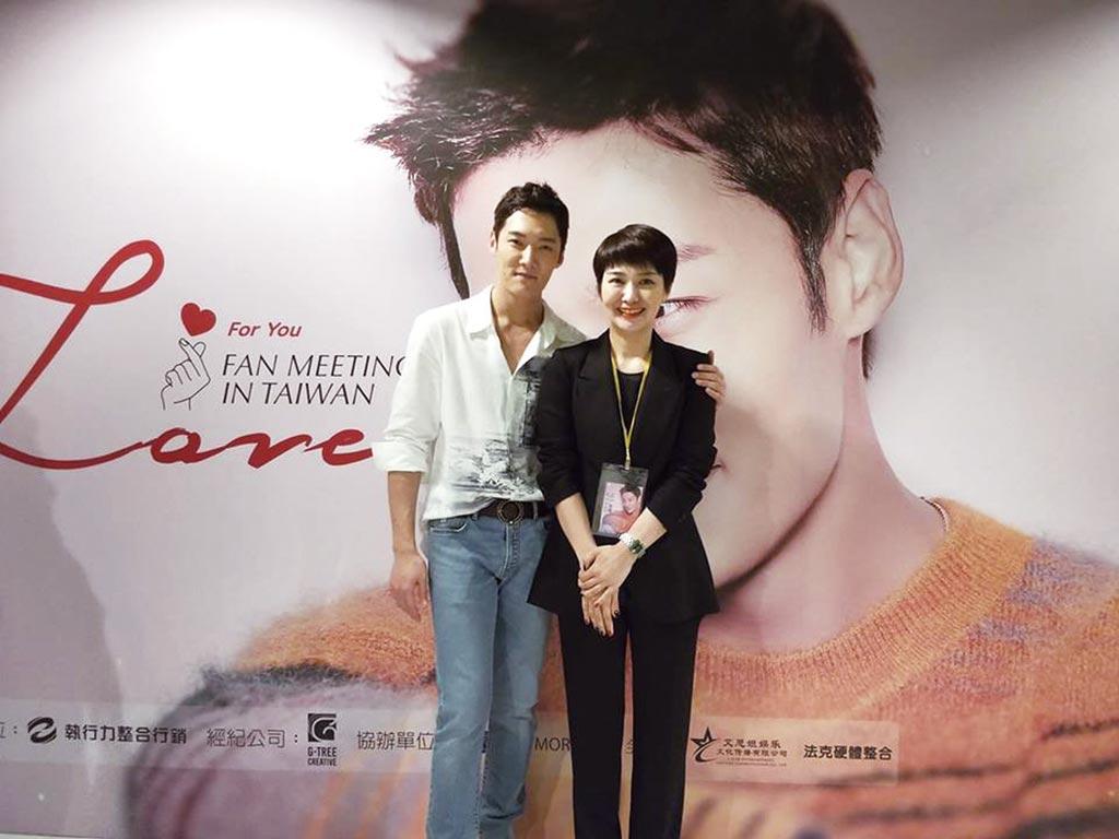 崔振赫(左)為主演韓劇《馬成的喜悅》來台宣傳,魯水晶任口譯、讚他專業敬業。(魯水晶提供)