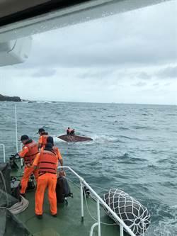 基隆漁船翻覆5人落海  海巡漁船合力救人