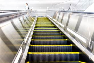外國人誤解太久了!日本這樣搭電扶梯是錯的……