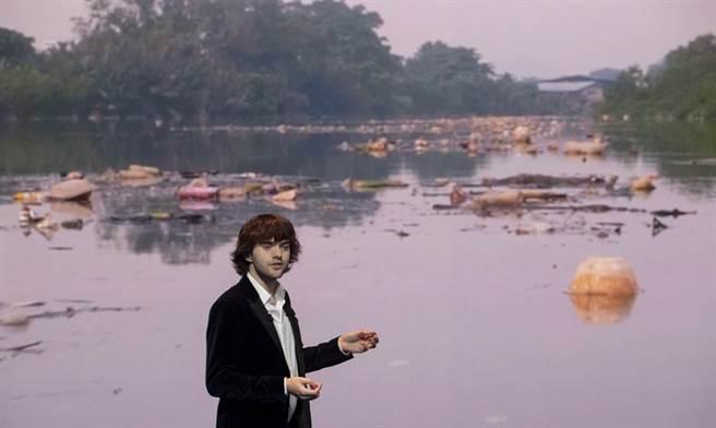 史萊特發明河川清理器,可以撈捕收集河川的垃圾。(圖/美聯社)