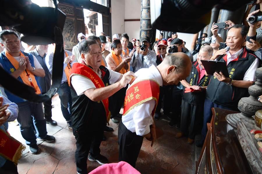 澎湖天后宮打破480年先例,請出官印、在韓國瑜背上用印,替韓國瑜祈福。(林宏聰攝)