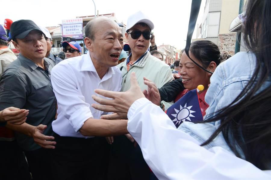 離開天后宮時,韓國瑜再度受到大批支持者簇擁歡呼。(林鴻聰攝)