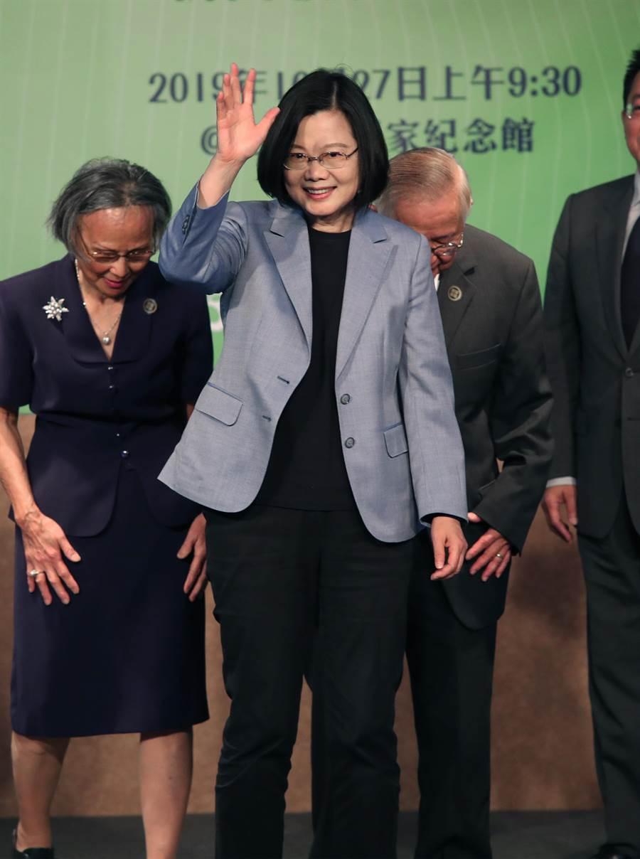 蔡英文總統27日出席「台灣國家的進化與正常化」新書發表會,接受新書並合照後,向現場來賓揮手告別。(鄭任南攝)