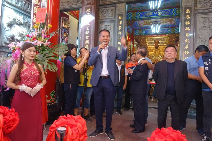 水利會長林文瑞致詞時,王金平(後方)被粉絲拉去拍照。(周麗蘭攝)