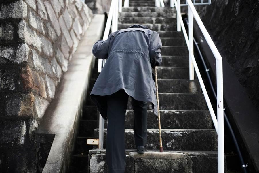 台灣老齡人口逐年增加,中高齡層罹患肌少症者越來越多。此為示意圖。(達志影像/shutterstock)