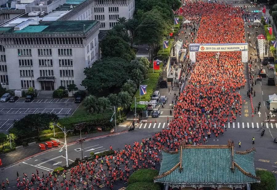 2019長榮航空城市觀光半程馬拉松吸引約兩萬跑者於今日總統府前起跑,共同迎接北市曙光,空拍畫面呈現「橘流」。(長榮提供)