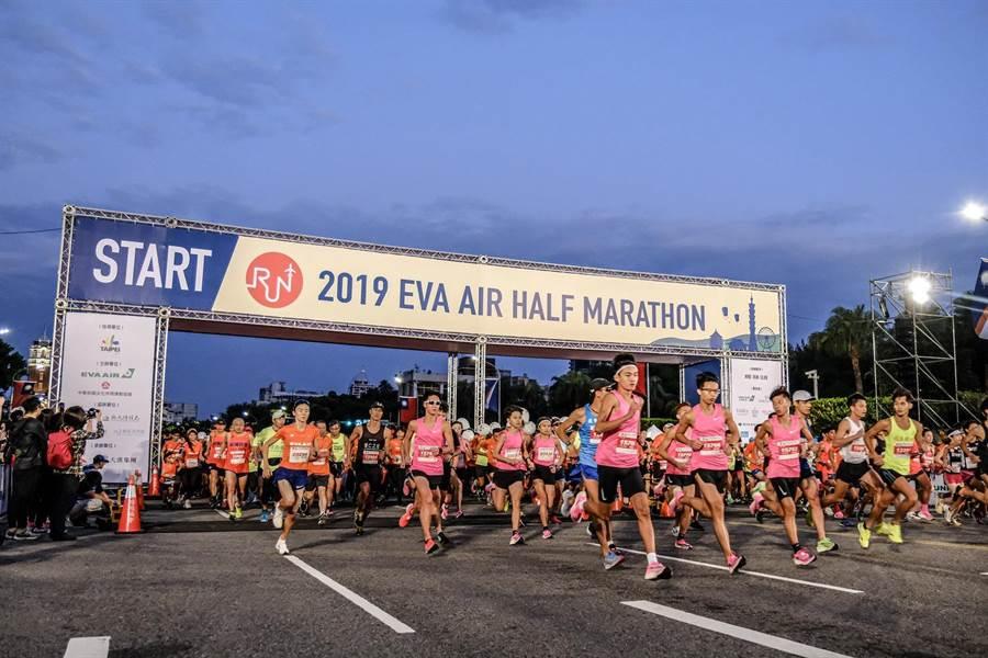 伴隨起跑槍聲的響起,2019長榮航空城市觀光半程馬拉松今(27日)正式啟程,長榮航空邀請民眾一起從「台北起跑,飛向世界」。(長榮提供)