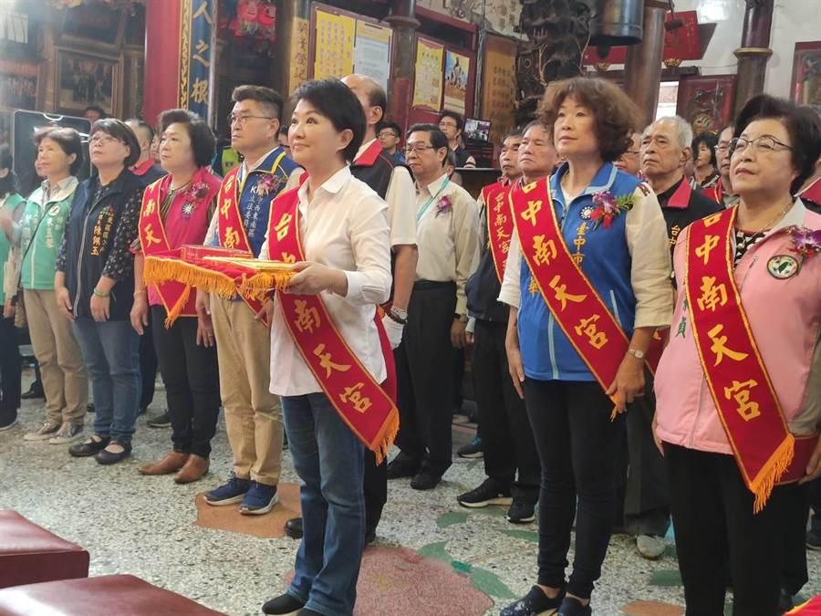 台中市長盧秀燕(圖前)在南天宮主委吳光雄陪同下,入廟上香祈福。(張妍溱攝)