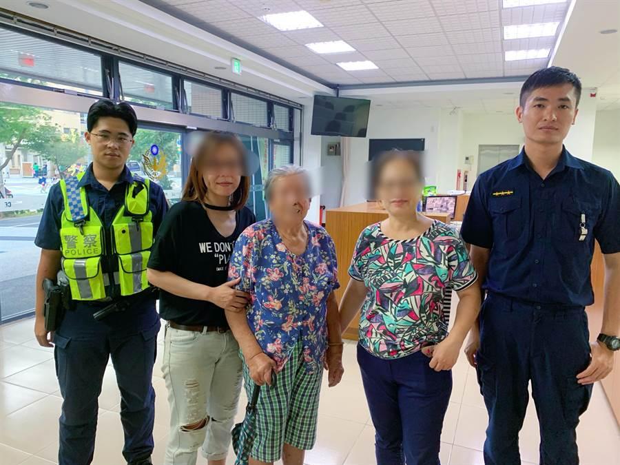 近9旬老嫗暫住兒子家,散步迷路員警助返家。(警方提供/蔡依珍桃園傳真)