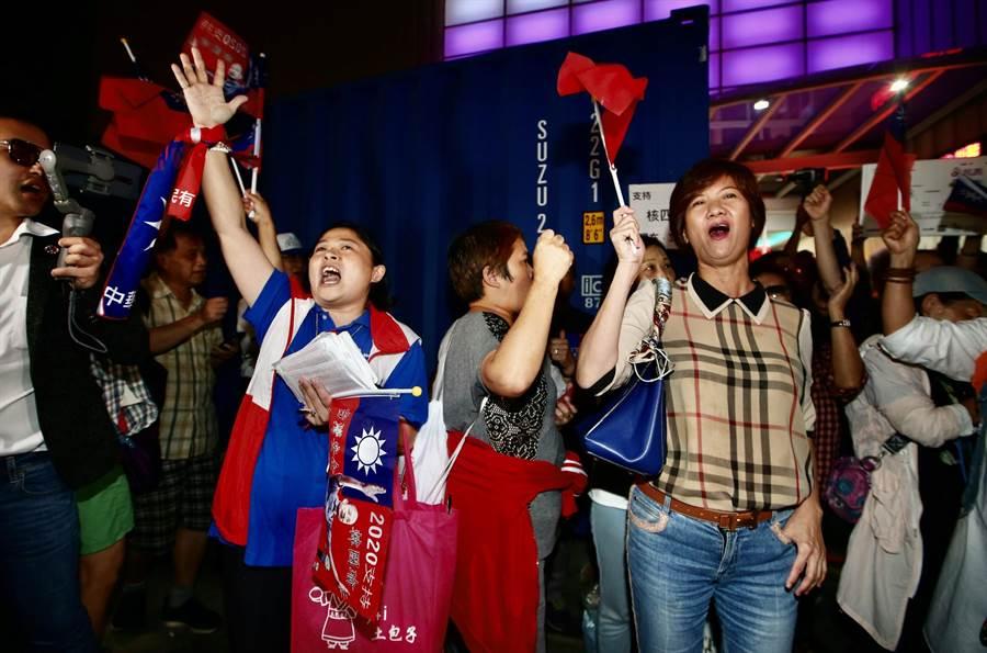 挺韓民眾唱國歌回應抗議民眾訴求。(陳信翰攝)