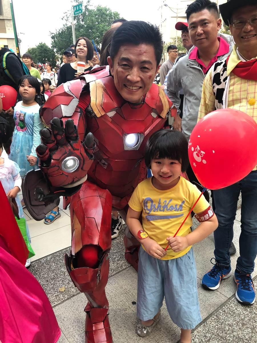 民進黨新竹市立委參選人鄭宏輝27日傍晚變身為鋼鐵人,陪民眾上街不給糖就搗蛋,一起過歡樂的周日。(陳育賢攝)