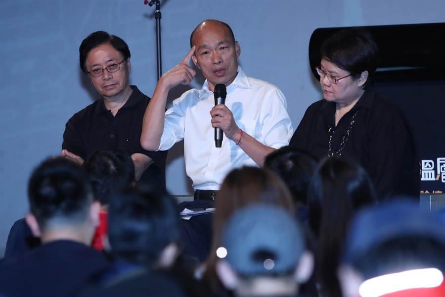 韓國瑜(中)、張善政(左)、蔡玉玲(右)27日晚間參加青年政策論壇。(圖/鄭任南)