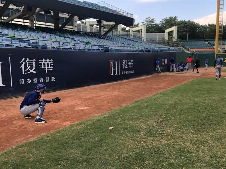 參加世界12強賽的古巴隊先來台灣進行4場熱身賽,圖為該隊在新莊球場練習。(中華棒協提供/廖德修台北傳真)