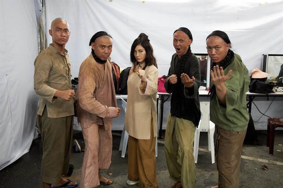 何超儀(中)在電影《Rajah》飾演來自廣州的女軍閥。(852 Films Ltd提供)
