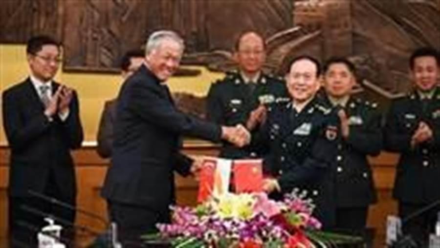 新加坡國防部長黃永宏與中國大陸國防部長魏鳳和,近日簽署《國防交流與安全合作協定》。(圖/新加坡國防部)