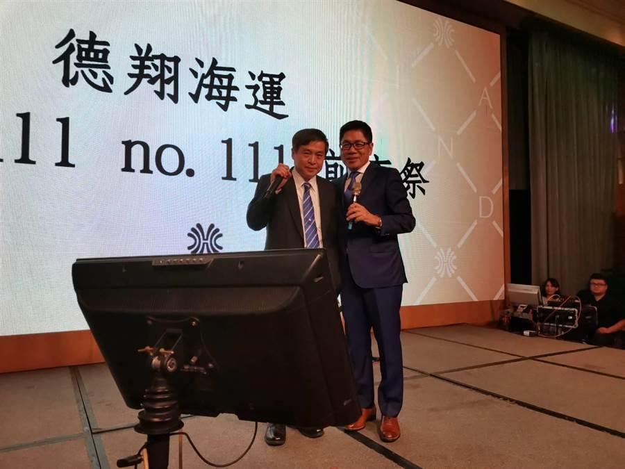 左起台船董事長鄭文隆與德翔董事長陳德勝一起高歌。圖:張佩芬