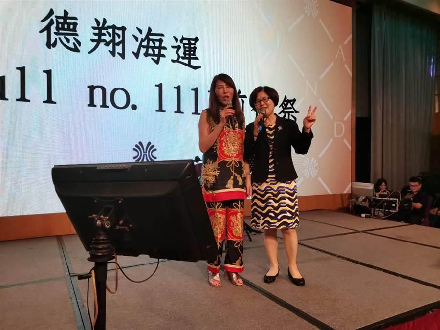 y左起德翔船務董事長莊壯麗陪台灣銀行總經理邱月琴唱歌。圖:張佩芬