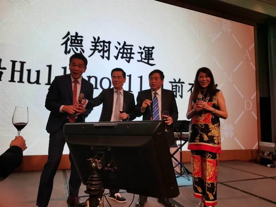 左起德翔總經理涂鴻麟、海勝航運董事長洪煌景、鄭文隆、莊壯麗一起合唱。圖:張佩芬