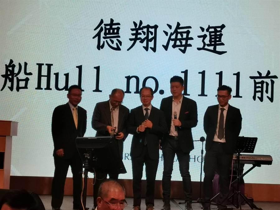 日本海事協會營業本部副本部長山口欣彌(中)該會台灣總經理河上淳一(左一)組團上台高歌。圖:張佩芬