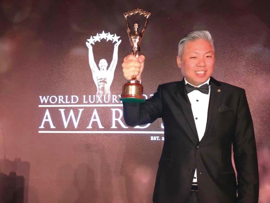 福容大飯店淡水漁人碼頭再度獲得世界奢華飯店-奢華港口飯店全球首獎,總經理戴瑞宏代表領獎。圖/業者提供
