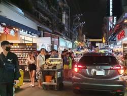 轎車開進士林夜市遊客看傻眼 網驚:導航壞了?