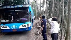 遊覽車被導航卡產業道路 吊車+挖土機救援