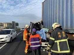 台61草漯段 曳引車撞貨櫃車 駕駛送醫不治