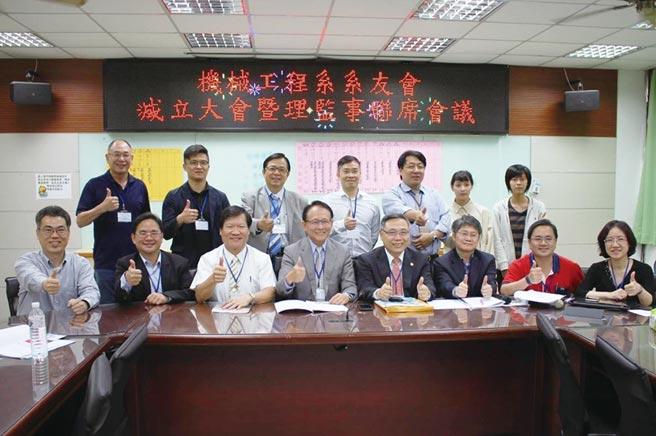 勤益科技大學機械工程系系友會理事長陳國容(前排左四)及全體理監事合影。圖/系友會提供
