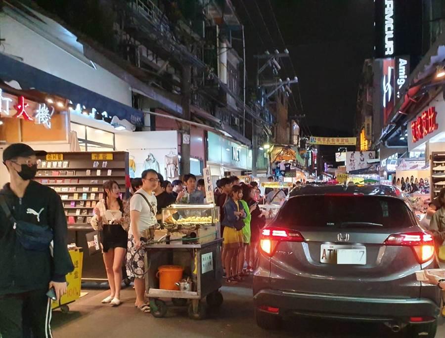 民眾目擊轎車開進人潮擁擠士林夜市內,攤商紛紛退讓、民眾看傻眼。(照片/《我是北投人》粉絲團 授權提供)