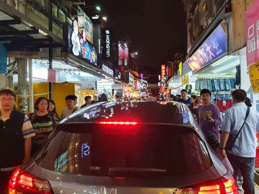 轎車開進士林夜市裡,民眾紛紛讓路、頻回頭。(照片/《我是北投人》粉絲團 授權提供)