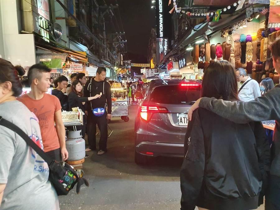攤商、民眾紛紛退讓給轎車經過。(照片/《我是北投人》粉絲團 授權提供)