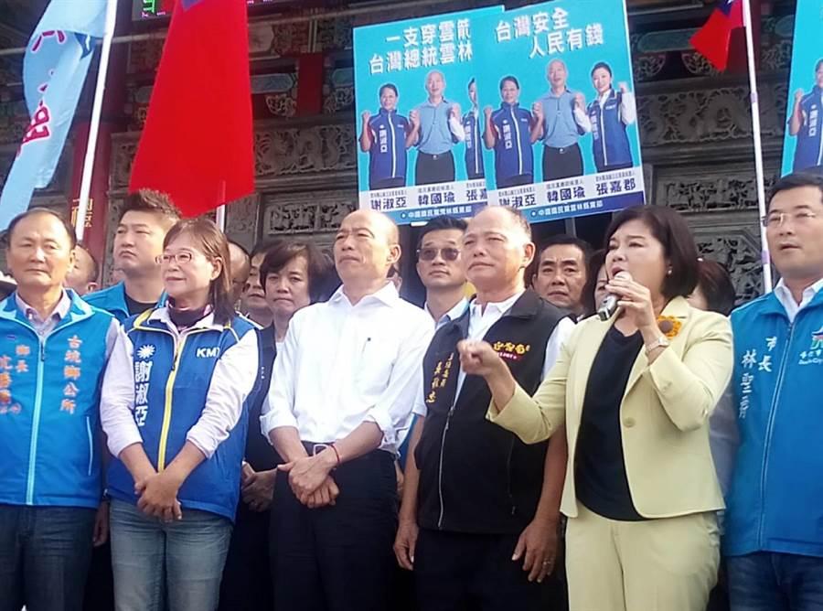韓國瑜(前左三)要求民進黨拿出政績,不要只會說「顧主權」。(許素惠攝)
