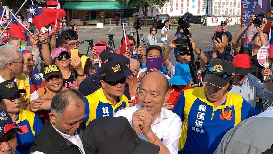 韓國瑜(白襯衫者)到雲林南聖宮參拜,受到支持者熱情歡迎。(柯宗緯攝)