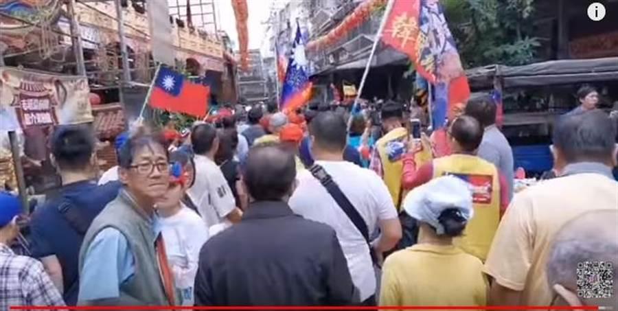 直播最後高鈞鈞拍攝距離現場好幾公尺遠就擠滿了人。(Youtube截圖)