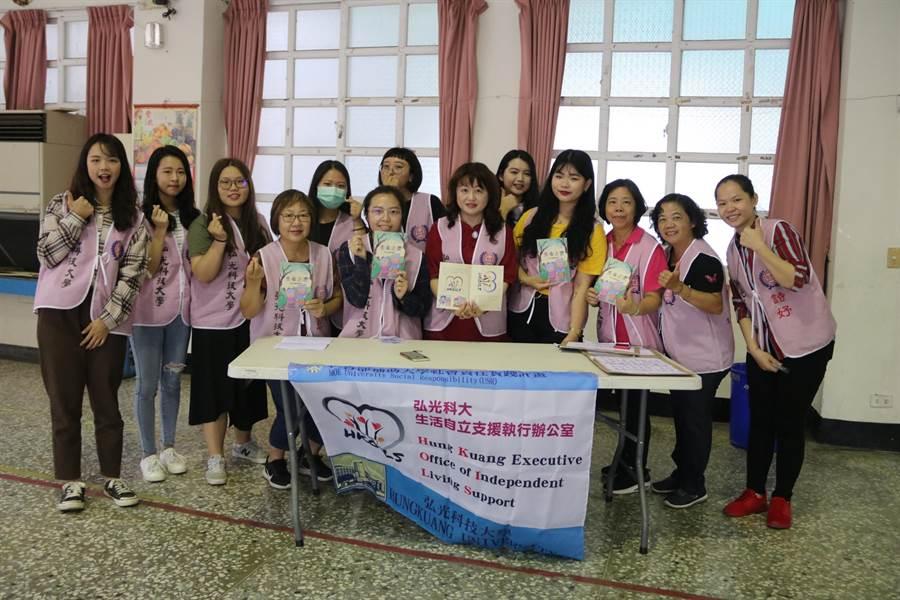 弘光自立支援團隊帶著繪本教學童活躍老化。(陳淑娥攝)