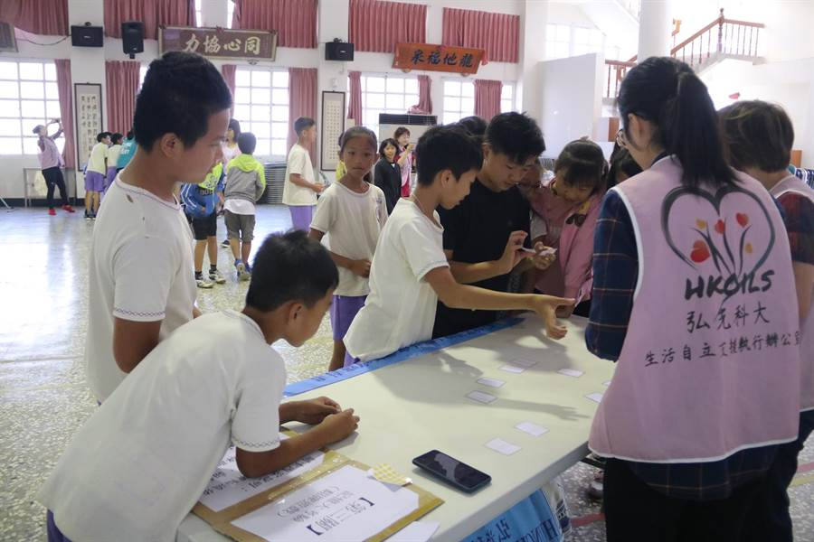 弘光發行「生命之花」自立支援小繪本,透過遊戲教學童活躍老化。(陳淑娥攝)