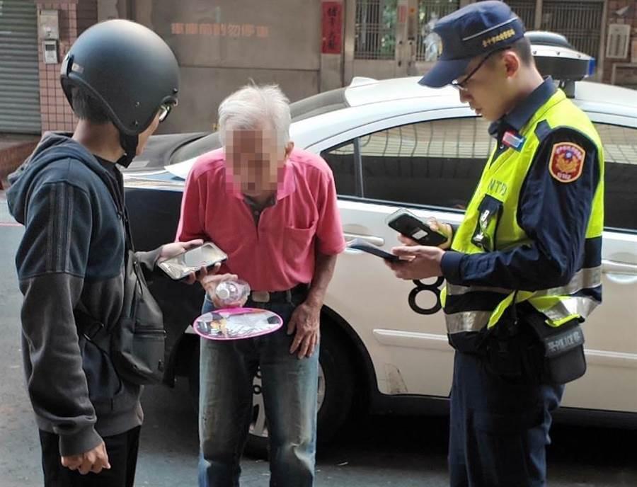 80歲的蕭姓老翁返家迷途,經熱心民眾報警,警方火速到場耐心安撫老翁情緒,並護送老翁返家。(台中市太平分局提供/台中馮惠宜傳真)