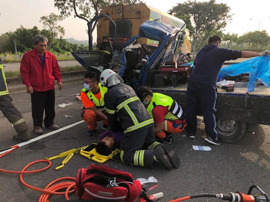 苗栗市經國路發生車禍,小貨車駕駛受困獲救,救護人員趕緊將他送醫急救。(翻攝照片/何冠嫻苗栗傳真)