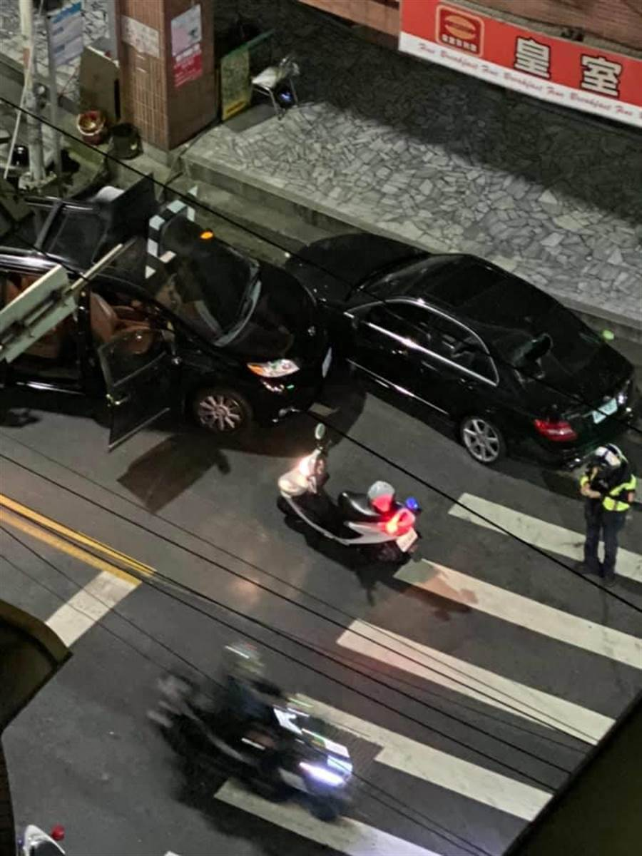 吳男一行人誤認路邊賓士車為仇家所有,竟持棍棒猛砸。(摘自<我是五股人>臉書)