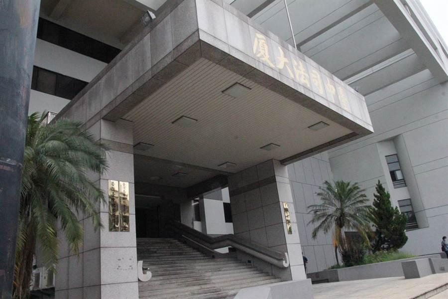 朱男因交易糾紛開保時捷衝撞門市,被台中地院判4個月。(陳淑芬翻攝)